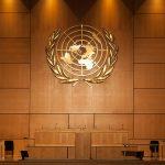 foto de Salón de la Asamblea de las Naciones Unidas con el logotipo de la ONU en oro